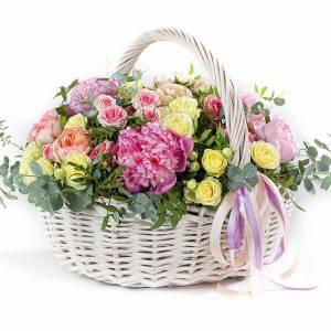 Сборная корзина с пионами и розами R334