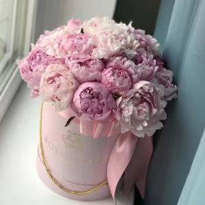 19 крупных розовых пионов в коробке R1109