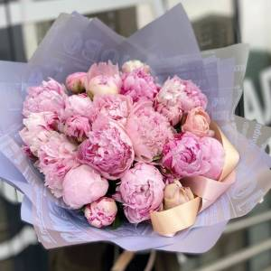 Букет 15 розовых пионов с оформлением R1112