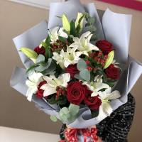 Сборный букет лилии и красные розы с упаковкой R1514
