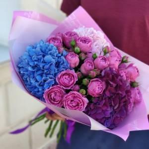 Яркий букет с гортензией и пионовидными розами R1704