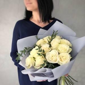 Букет 11 белых роз с зеленью и оформлением R1223