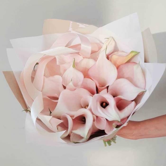 Букет 15 розовых калл с оформлением R755