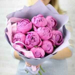 Букет 9 розовых пионов в нежном крафте R1090