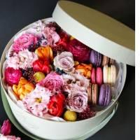 Коробка с цветами и макаронсами R006