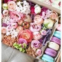 Коробка с цветами и макаронсами R014
