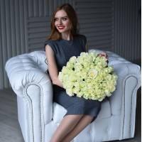 Букет 51 белая роза с зеленью и упаковкой R016