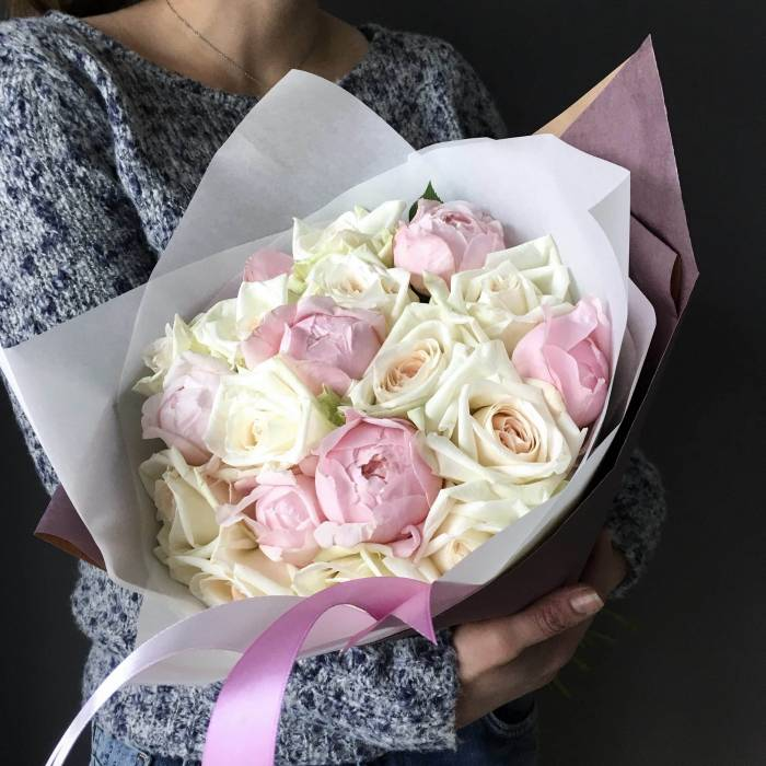 Нежный букет пионы и розы в упаковке R87