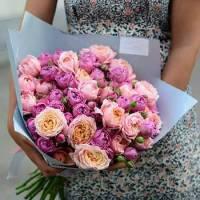 Букет 19 кустовых пионовидных роз в крафте R030