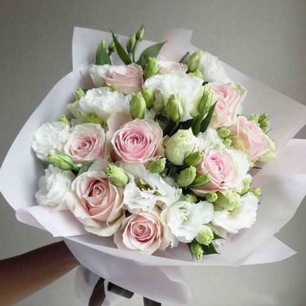 Букет из роз и лизиантусов