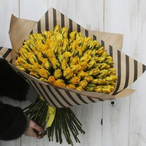 Букет 51 желтая роза в крафте R670